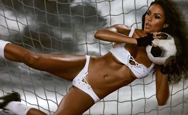 Девушка с футбольным мячом